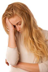 chica con dolor de cabeza fuerte